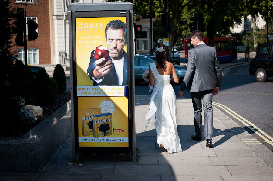 photo session od the couple walking by the london bus stop