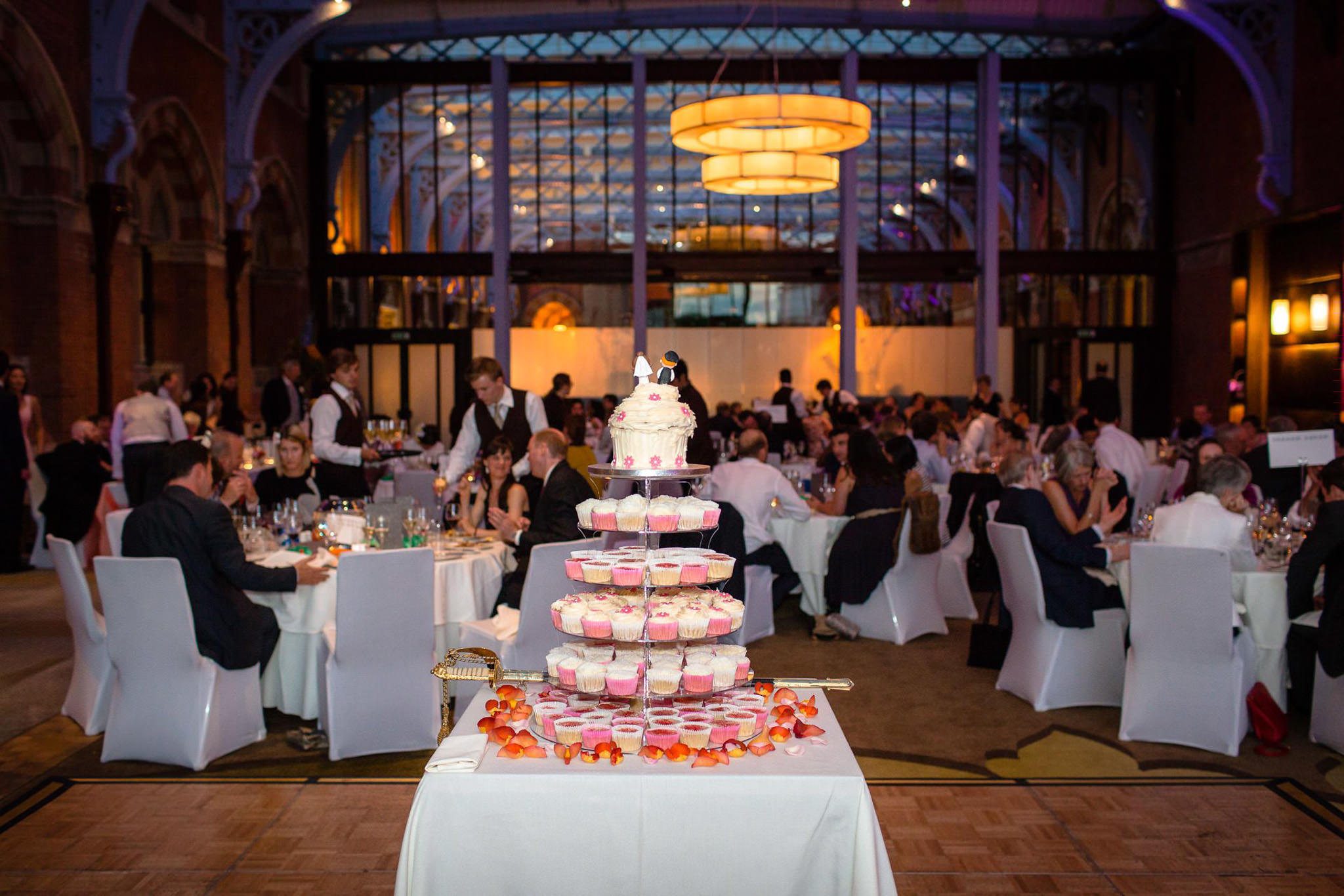 St. Pancras hotel wedding cake in the table