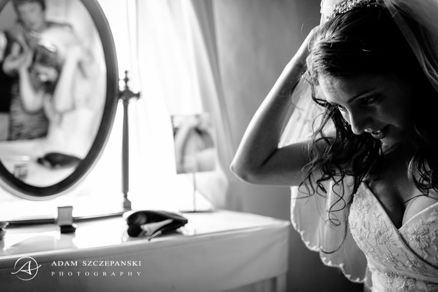 The bride improves the veil in front of the mirror
