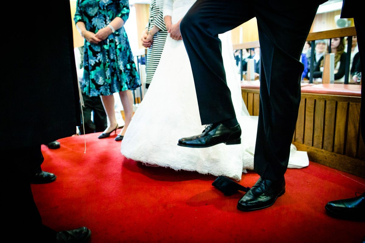 breaking the glass by the jewish groom