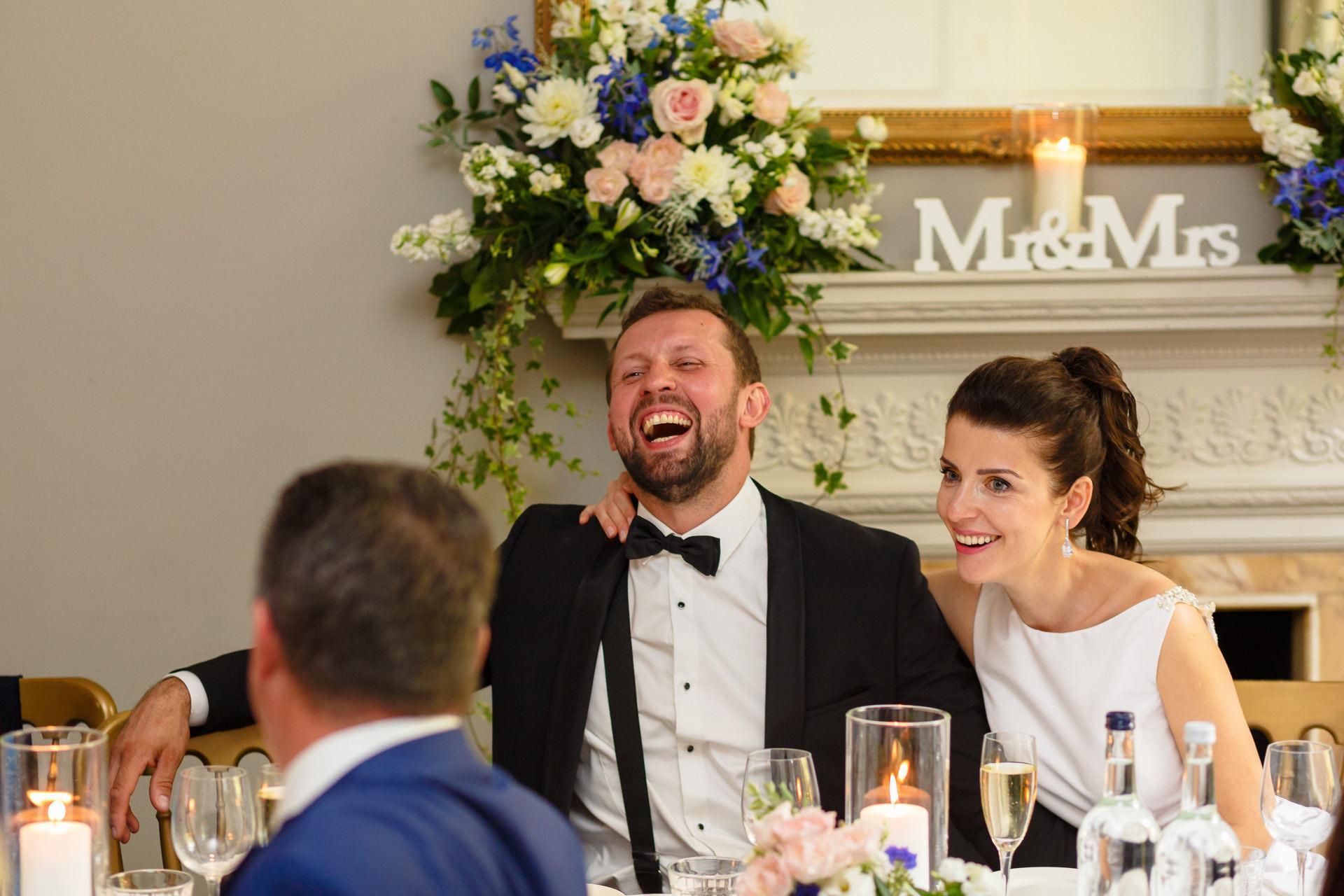 Polski Fotograf pan mlody i pani mloda smieja sie przy stole