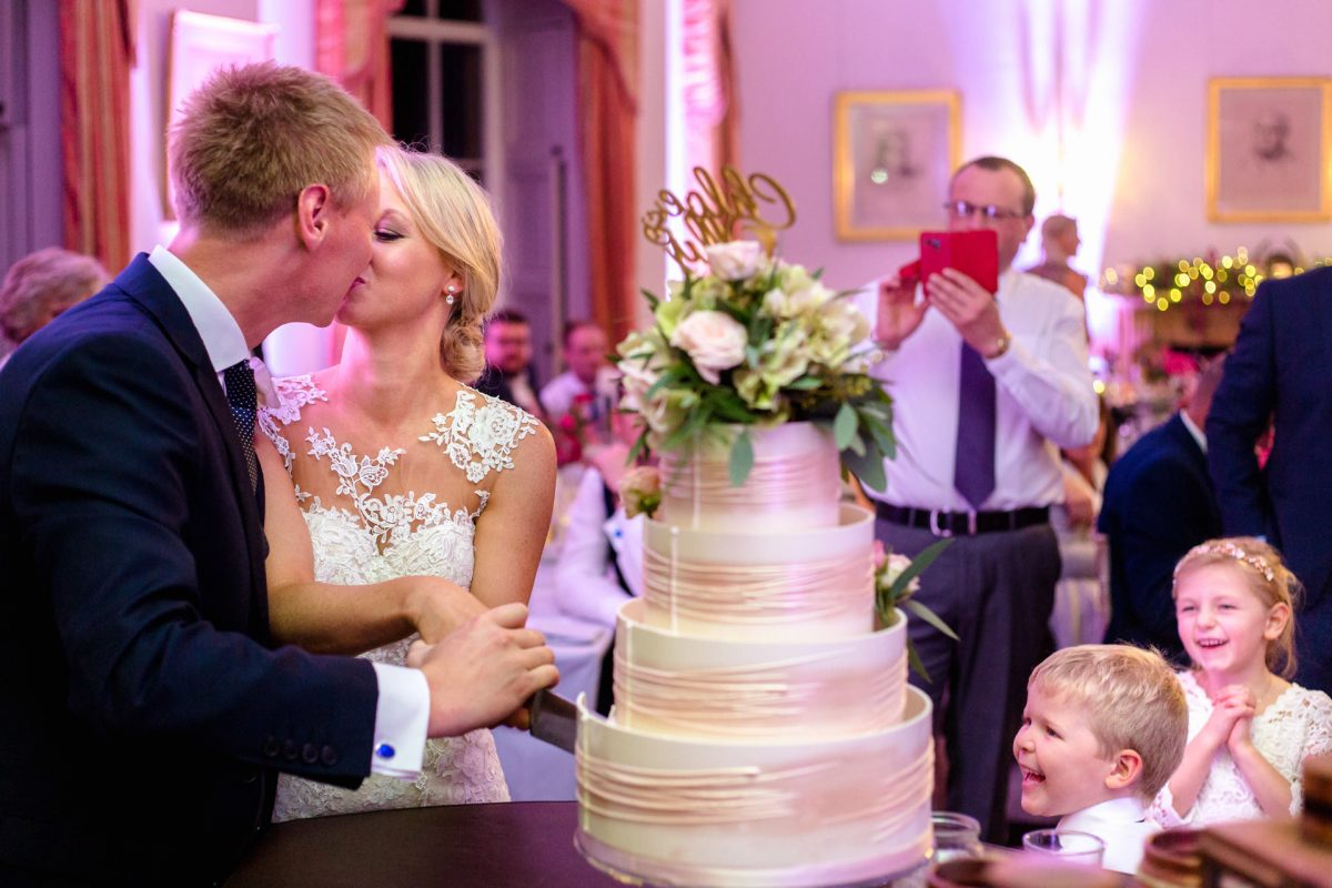 wedding cake and the kissing married couple