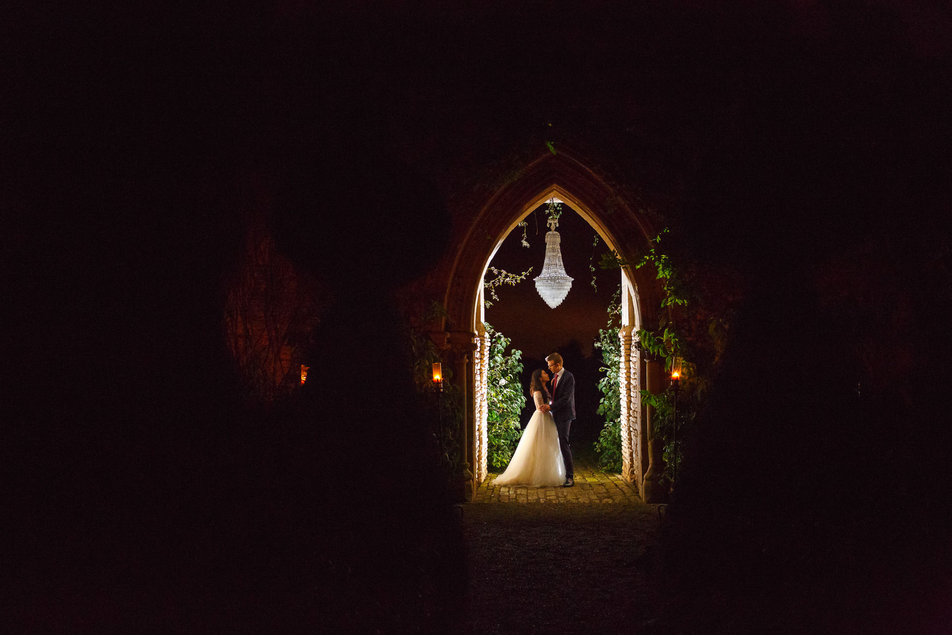 Chinese wedding photographer Portfolio couple under the arch