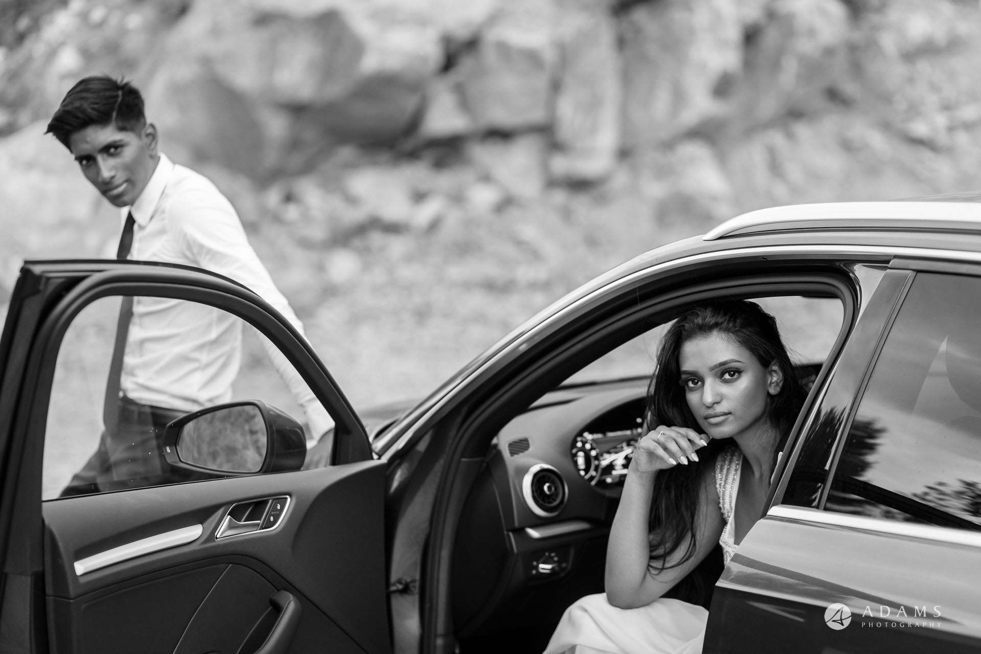 Engagement Photos Oslo couple in the car